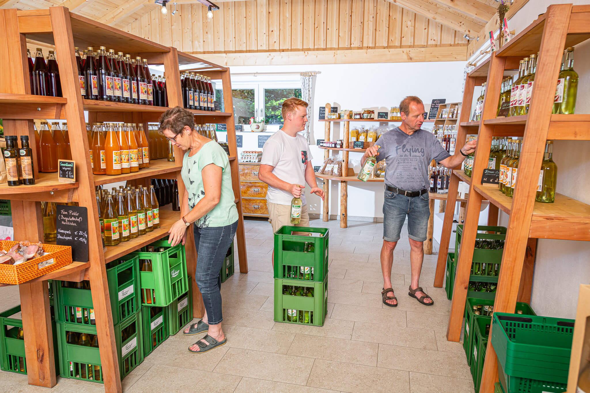 Lackner Hofkellerei Walding Teamwork im Hofladen